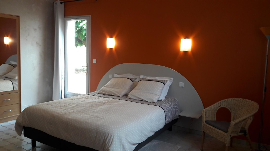 chambres-hotes-givre-patio-madone-chambre-lit-double