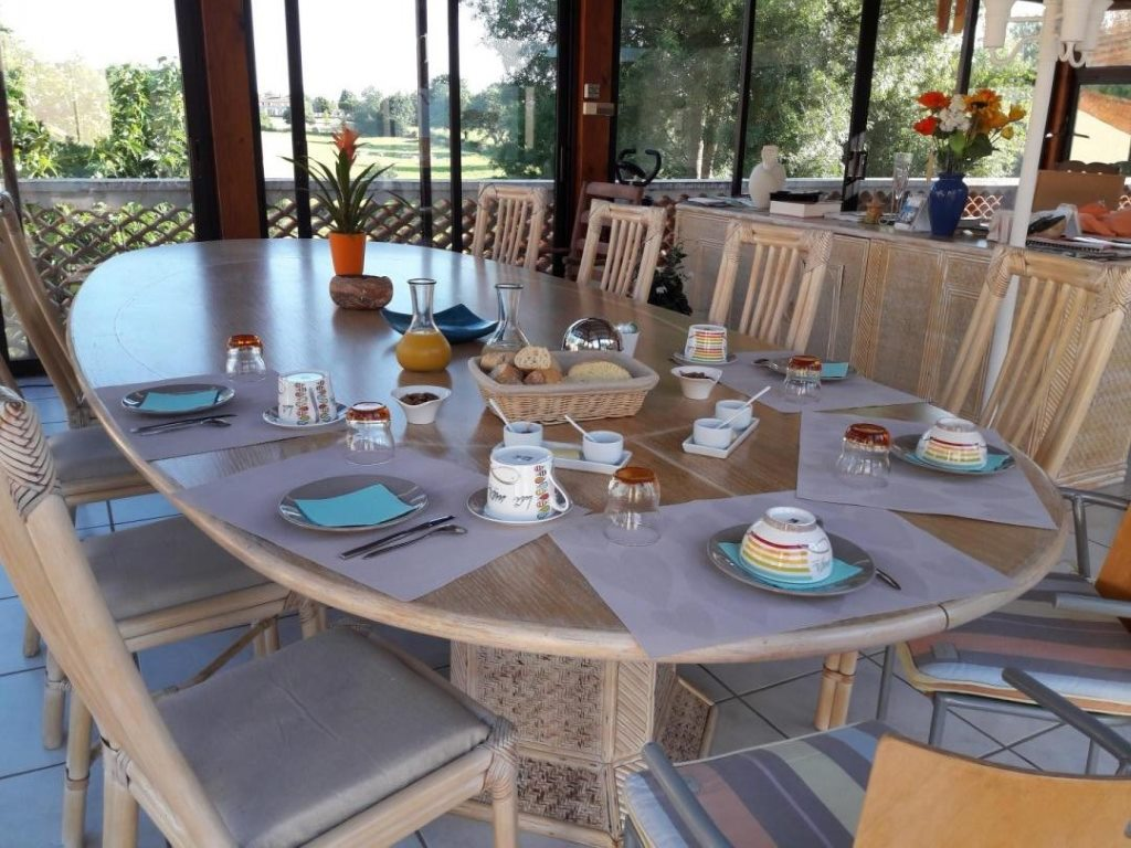 chambres-hotes-givre-patio-madone-petit-dejeuner